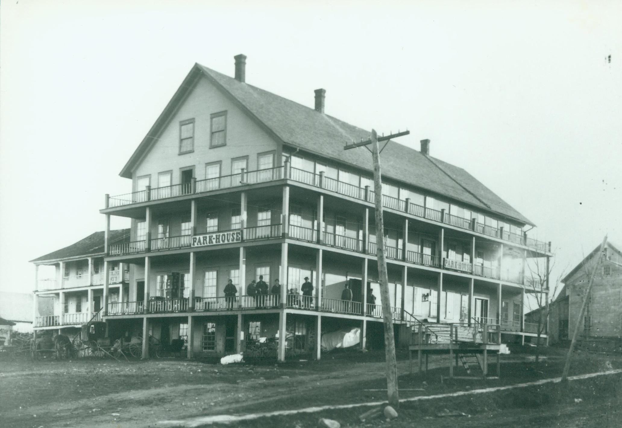 C'est à l'Hotel Park House qu'ont eu lieu les mises en nomination et les élections dans le Canton de Magog à partir des années 1870.