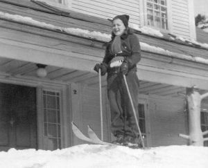 Gene Adams, la fille de Marston E. Adams lors dune sortie en ski - Fond Familles Merry. La Société dhistoire de Magog