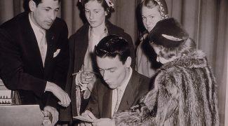Un pianiste donne des autographes à de jeunes fans avec Gilles Lefebvre en 1950.  Fond Centre d'arts Orford. La Société d'histoire de Magog