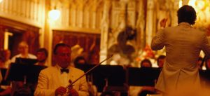 Concert-gala du 30e anniversaire du Centre d'arts Orford le 31 juillet 1981. On aperçoit sur la photo Henryk Szeryng, violoniste et Charles Dutoit, chef de l'Orchestre Symphonique de Montréal. Fond Centre d'arts Orford. La Société d'histoire de Magog