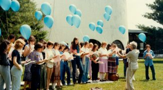 On répète en vue d'un concert de la Saint-Jean-Baptiste au Centre d'arts Orford en 1984 - Fonds Centre d'arts Orford. La Société d'histoire de Magog