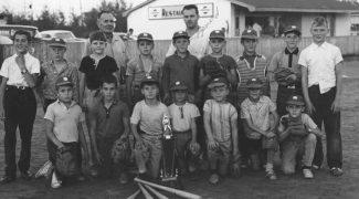 Bernard « Jim » Lizotte, un des pionniers du baseball mineur à Magog, avec les As, champions de la saison 1966. Fonds Jim Lizotte. La Société d'histoire de Magog.