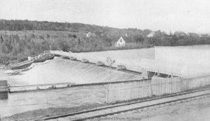 Le barrage de la Cotton Mills et le réservoir de pisciculture – Fonds Studio RC. La Société d'histoire de Magog